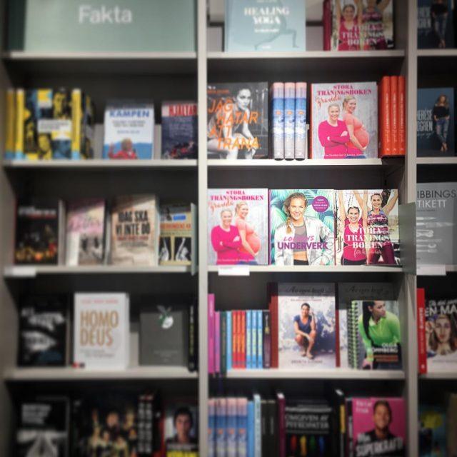 Kolla fina bokhyllan p ahlenscity i Stockholm! Alla mina femhellip